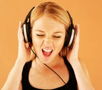 Girl_listening_mp3-web